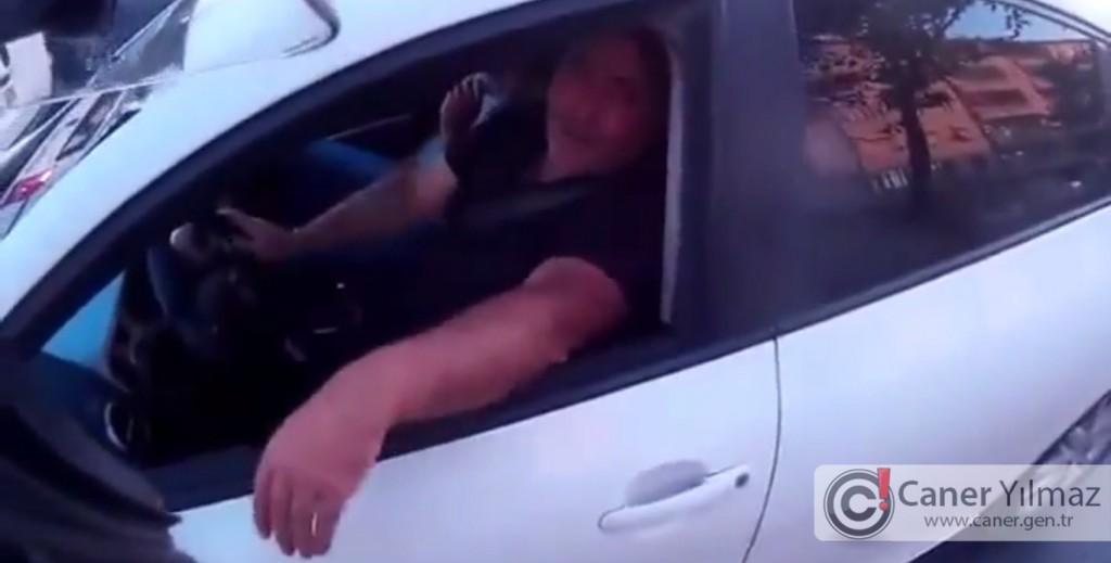 Kırmızı Işıkta Duran Motosiklete Bilerek Arkadan Vuran Adam